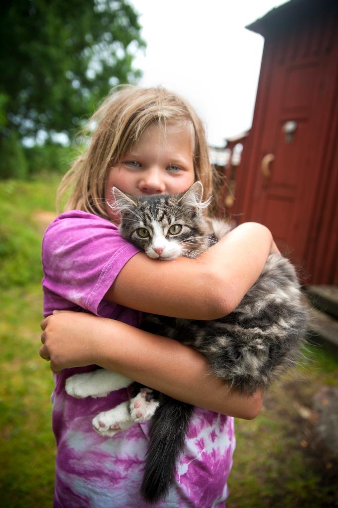 Theodora Forssberg och katten Pelle.