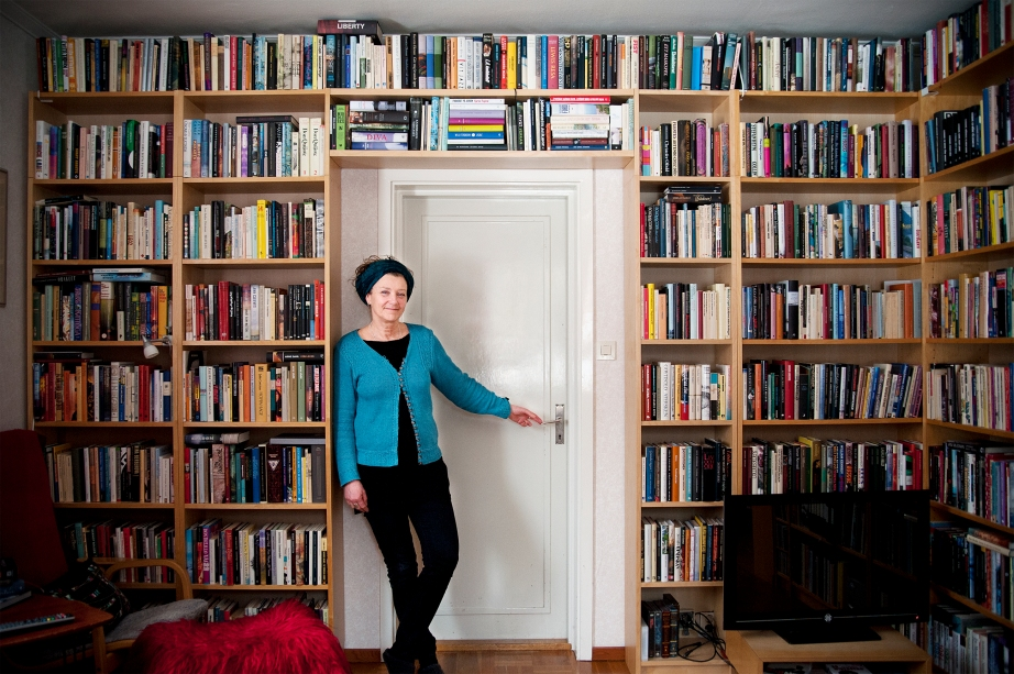 Annika Edlund och sin bokhylla. Foto: Tina Skiöld