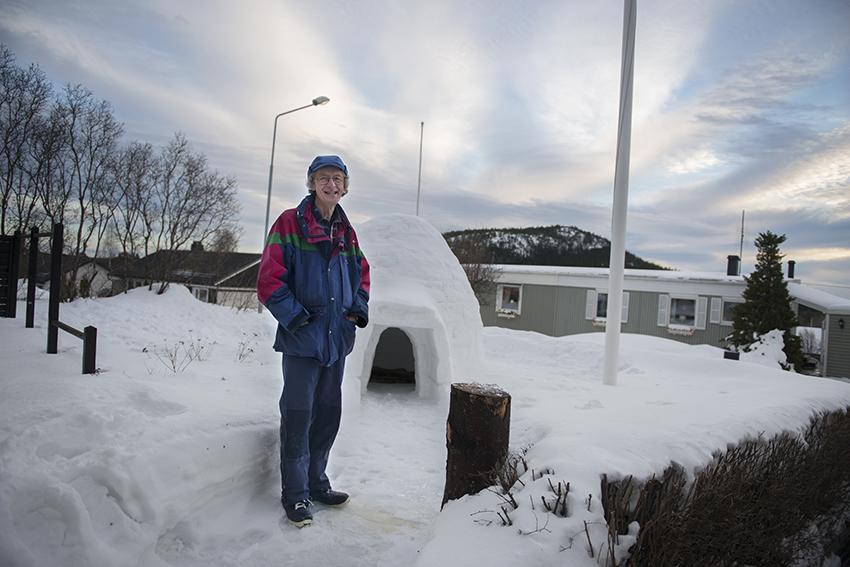 Ove Wessbladh bygger varje år en igloo på gården.
